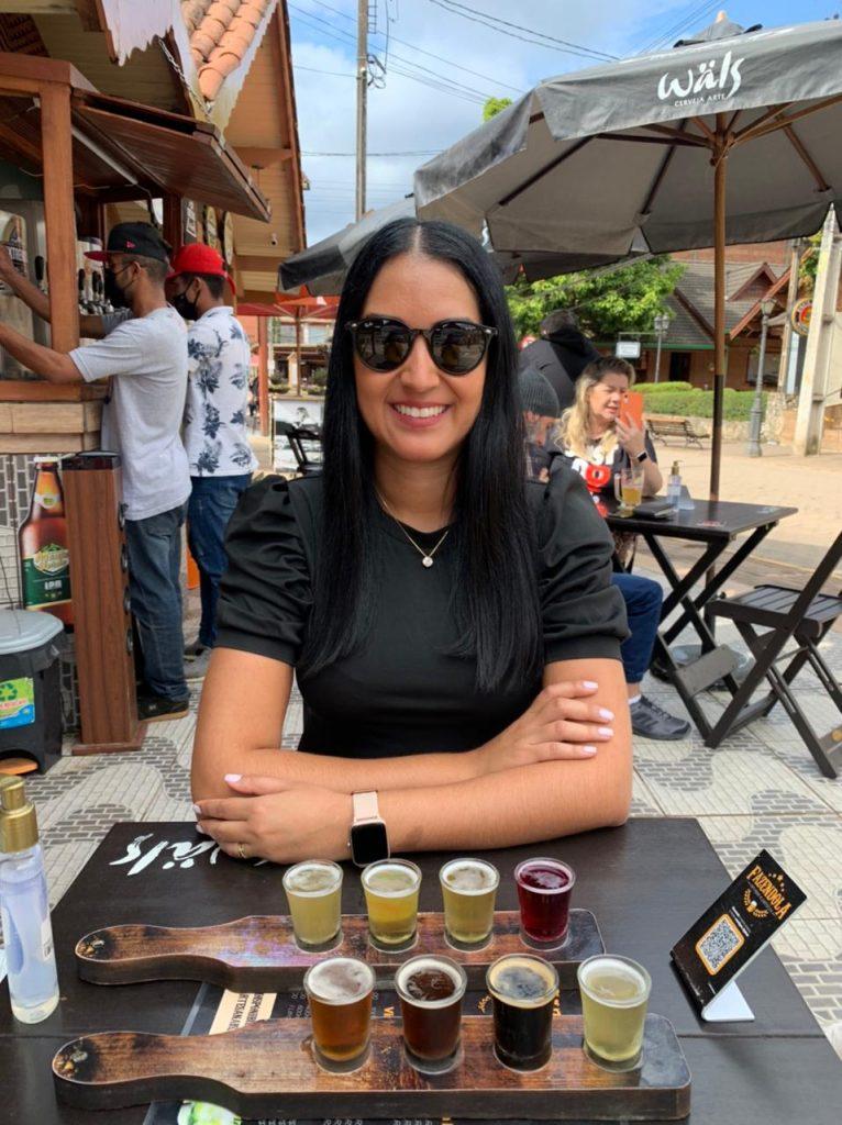 O que fazer em Monte verde: Mulher com régua de cerveja na mesa